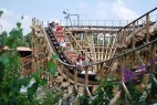 Die Holzachterbahn El Toro in Aktion