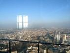 Untere Aussichtsplattform: Für Angsthasen gibt es unterhalb der offenen Aussichtsplattform auf dem Dach des Frankfurter Main Tower eine kleine Aussichtsplattform hinter Glas.
