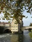 Altes Rathaus von Bamberg: Die Sage über das Alte Rathaus besagt: Der in Bamberg residierende Bischof wollte den Bürgern für die Errichtung eines Rathauses nichts von seinem Grund und Boden abgeben. Daraufhin schlugen die listigen Bürger Pfähle in di