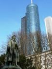 Der Main Tower in Frankfurt: Mit 200 Metern Höhe ist er das vierthöchste Hochhaus in Frankfurt. Er hat fünf Untergeschosse und 56 Obergeschosse sowie zwei öffentlich zugängliche Aussichtsplattformen, die - gegen eine Gebühr - begehbar sind.